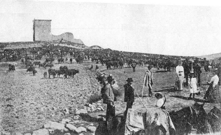 Feira do Gado, Monforte de Rio Livre, Portugal. 1915. Ao fundo, o antigo castelo