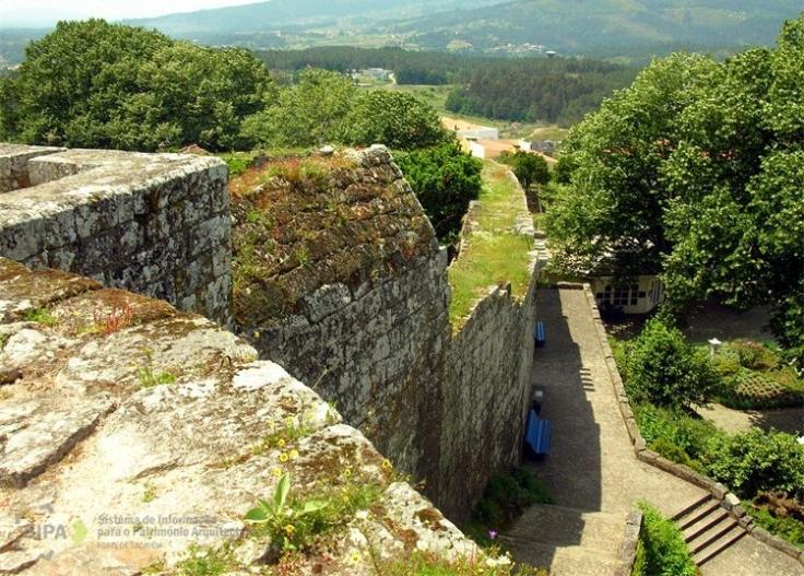La antigua cerca y su ligazón con la muralla del castillo2